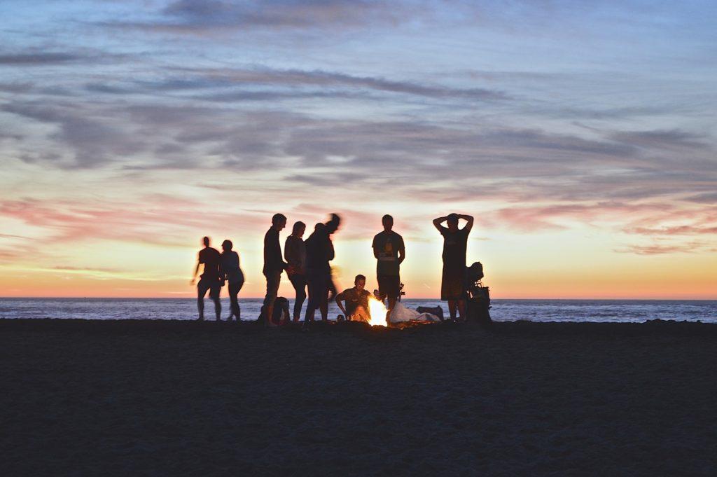 amis sur la plage et liberté financière